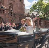Zu einer royalen Traumhochzeit gehört selbstverständlich eine Kutsche. Prinzessin Viktoria und Erbprinz Ferdinand strahlen.
