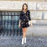 """Cathy Hummels ist auf dem Weg zum """"Charity Flohmarkt"""" in Berlin, wo die schöne Fashionista einige ihrer privaten Kleidungsstücke für den guten Zweck verkauft. Die werdende Mama strahlt in einem bedruckten Minikleid mit Volant-Leiste und beweist mit diesem Outfit mal wieder, wie gut ihr die Schwangerschaft steht."""