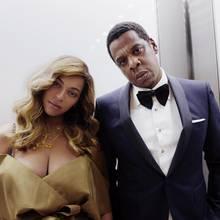 Gut drei Monate nach der Geburt der Zwillinge Rumi und Sir gönnen sich Beyoncé und Jay-Z eine Date Night. Das Oberteil von Queen Bey sitzt gefährlich tief und provoziert mit einem beachtlichen Dekolleté. Jay-Z hat sich mit Anzug und Fliege in Schale geschmissen: Gemeinsam besuchte das Paar eine Vorstellung am Broadway.