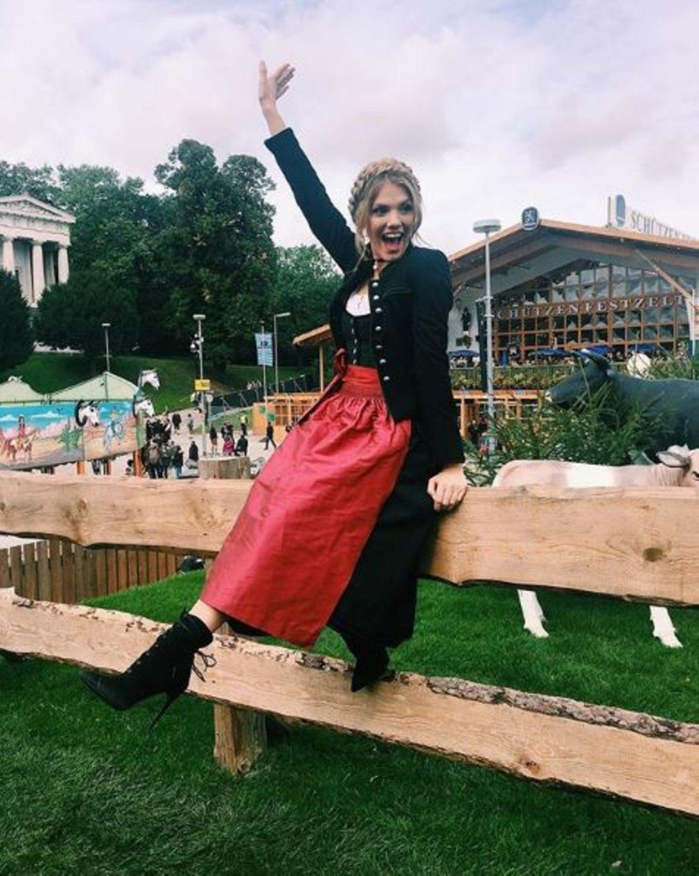 Am zweiten Tag der Wiesn ist Moderatorin Viviane Geppert noch immer bestens gelaunt. Fröhlich winkt sie die Leute heran. Oans, zwoa, los geht's!