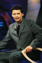 """18. September 2017  Wie die Zeit vergeht: Die beliebte Quizshow """"Wer wird Millionär?"""" erfreut jetzt bereits 18 Jahre die Zuschauer. Zu diesem Anlass gibt es bei RTL heute eine große Jubiläumsshow und wir können uns an dem Foto von der ersten Sendung am 3. September 1999 erfreuen."""