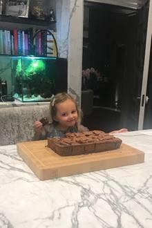 Als die kleinen schokoladigen Küchlein dann endlich fertig - und ein voller Erfolg geworden sind - kann es Sophia gar nicht abwarten, das erste Stück zu kosten. Ihr glücklicher Gesichtsausdruck lässt vermuten: Ihr schmeckt's.