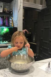 17. September 2017  An Sonntagen backt auch Tamara Ecclestone mit ihrer Tochter, die sich als kleine Naschkatze erweist. Noch bevor die Brownies in den Ofen kommen, probiert sie schon einmal den Teig. Yummy!