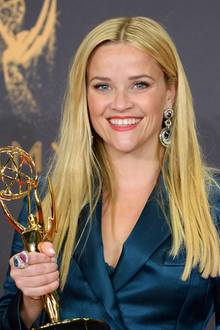 Auffälliger als der relativ zurückhaltende Blazer-Look von Reese Witherspoon sind ihre schweren Diamant-Ohrringe und der farbig passende Statement-Ring.