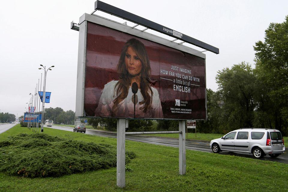 Mit diesem Plakat mit einem Bild der First Lady rührt eine Sprachschule die Werbetrommel