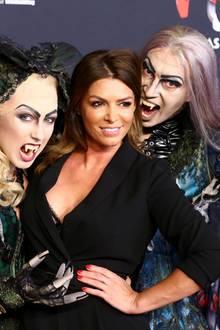 """17. September 2017  Sabia Boulahrouz wird in Hamburg bei der Premiere des Musicals """"Tanz der Vampire"""" von zwei schaurigen Gestalten in Empfang genommen."""