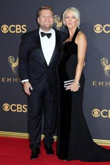 Ganz stolz zeigt sich Moderator James Corden an der Seite seiner schwangeren Frau Julia Carey, die ihren Babybauch ganz festlich in ein samtiges Neckholder-Kleid von Stella McCartney verpackt hat.