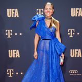 """Für gewöhnlich versuchen Stars Höschen-Blitzer auf dem Red Carpet zu vermeiden. Victoria Swarovski hingegen scheint bewusst diese transparente Robe ausgewählt zu haben, die ihren schwarzen Slip für alle sichtbar macht. Die Sängerin scheint den """"Nackt-Kleid""""-Trend für sich entdeckt zu haben."""