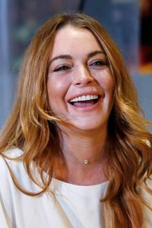 Die wilden Partynächte sind auch an Lindsay Lohan nicht vorbeigegangen, und schon früh hat sie diese Spuren mit kosmetischen Hilfmitteln zu bekämpfen versucht. Vor drei Jahren war dabei zumindest noch Natürlichkeit in ihrer Mimik, gerade beim Lachen zu sehen.