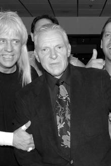 """17. September 2017: Bobby Heenan (73 Jahre)  Wrestling-Liga WWE trauert um Manager-Legende Bobby """"The Brain"""" Heenan.Niemand spielte die Rolle des hinterlistigen aber gewitzten Bösewichts besser als er.Heenan war in seinen letzten Lebensjahren schwer gezeichnet von einer 2002 diagnostizierten Kehlkopfkrebs-Erkrankung. Sein Kiefer musste ihm operativ entfernt werden, er konnte kaum noch sprechen und erlitt zahlreiche gesundheitliche Folgeschäden. Am Sonntag starb er im Beisein seiner Familie in Largo, Florida."""