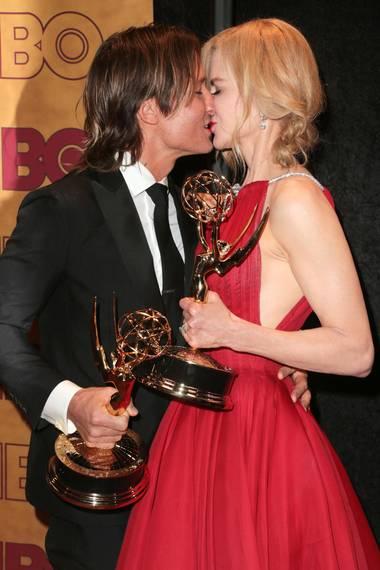 """Nicole Kidman räumt mit der Serie """"Big Little Lies"""" gleich zwei Emmys ab. Ihr Mann Keith Urban ist sichtlich stolz und gratuliert seiner Liebsten mit einem Kuss."""