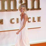Das schwedische Model Caroline Winberg bezaubert ganz schwungvoll in Weiß.