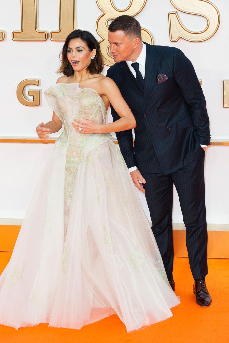 Der seriöse Nadelstreifen-Look könnte beinahe verschleiern, dass Channing Tatum eigentlich ein Spaßvogel ist, der gern mal seine schöne Frau Jenna erschreckt.
