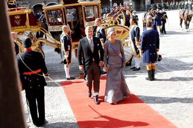 19. September 2017  König Willem-Alexander und Königin Máxima steigen am Prinsjesdag bei ihrer Ankunft am Rittersaal aus der Kutsche. Der Prinzentag an dem das parlamentarische Sitzungsjahr eröffnet wird findet jedes Jahr am dritten Dienstag im September statt.