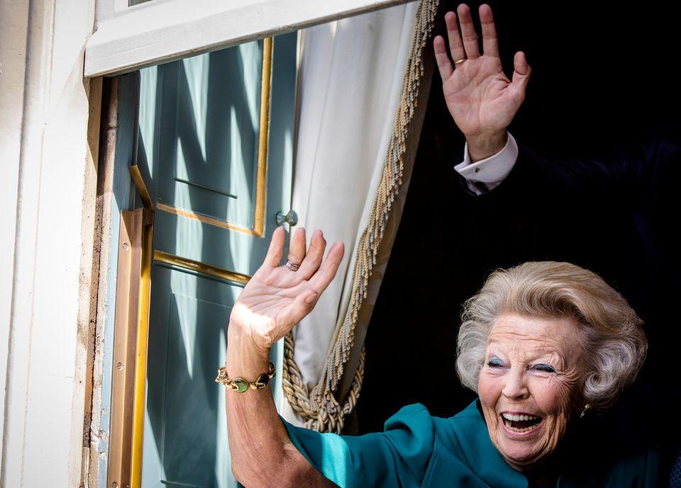Prinzessin Beatrix ist an diesem sonnigen Tag bester Laune.