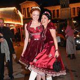 Die schönen, kirschroten Dirndl von Barbara Meier und Victoria Lauterbach sind sich wirklich zum Verwechseln ähnlich. Ob das für prominenten Oktoberfest-Besucherinnen ein Alptraum ist? Ganz und gar nicht, wie man den beiden bestens gelaunten Schönheiten beim Alm-Auftrieb ja ansehen kann.