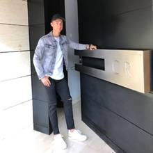 Seine Türklinke: Vor seiner extravaganten Eingangstür mit überdimensionierter Türklinke wirkt Cristiano Ronaldo fast wie ein Zwerg. Ein großer Sportler verdient eben auch einen großen Eingang.