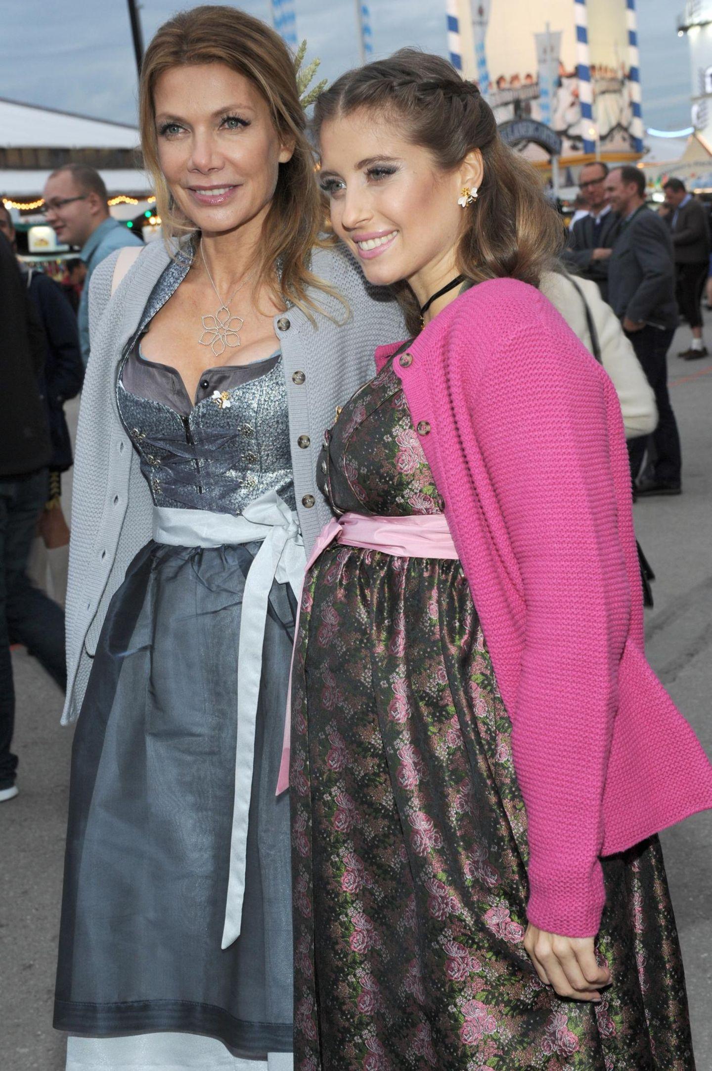 Schauspielerin Ursula Karven und die hochschwangere Cathy Hummels präsentieren ihre zauberhaften Dirndl.