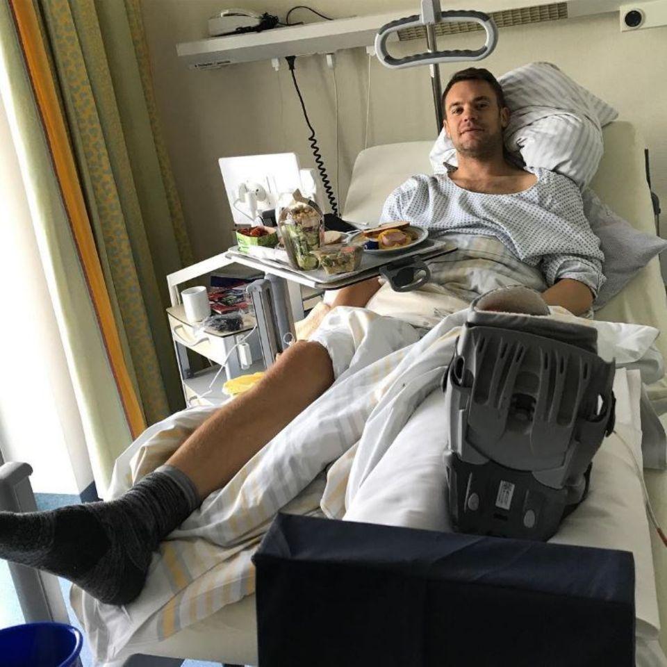 """""""Den ersten Schock und die OP habe ich gut überstanden! Danke für all Eure Genesungswünsche!"""", postet Manuel Neuer zu seinem Foto aus dem Krankenhaus. Der Nationaltorhüter hat in einem Zeitraum von nur sechs Monaten bereits seinen zweiten Mittelfußknochenbruch im linken Fuß hinter sich. Gute Besserung, Herr Neuer!"""