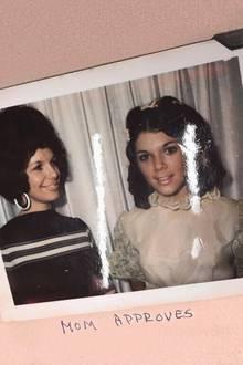 17. September 2017  Kim Kardashian teilt ein ganz besonderes Retrofoto: Darauf zu sehen ist ihre junge Mutter Kris Jenner (r.) und ihre Oma Mary Jo. Besonders auffällig ist, dass Kris Jenner ihrer Tochter Kendall Jenner wie aus dem Gesicht geschnitten ist.