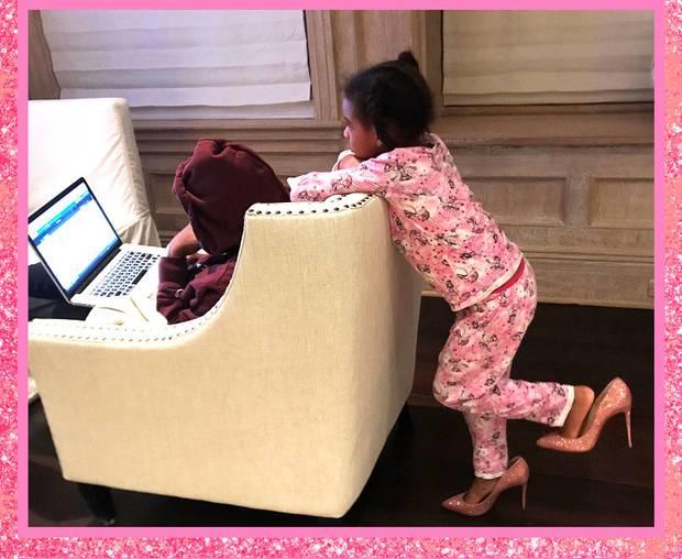 Wie eine Große posiert Beyoncés Tochter Blue Ivy in rosa-glitzer Pumps ihrer Mutter ...
