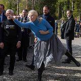 """20. September 2017  Prinzessin Mette-Marit und Prinz Haakon besuchen Nord-Tröndelag. Die Prinzessin probiert sich im """"Skotthyllkasting"""": Dabei müssen mittels einer Metallscheibe kleine Pfähle getroffen werden. Ein kniffeliges Unterfangen!"""