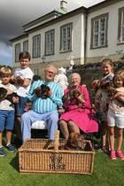 Die Liebe zum Hund ist im dänischen Königshaus generationsübergreifend. Als Prinz Henriks Hündin (vorne im Korb) Welpen bekommt, dürfen die vier Enkel mit Welpen in die Kamera halten. Schließlich sollen sich alle mit über den vierbeinigen Nachwuchs freuen können.