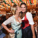 Weils so schön ist: Luna Schweiger gibt ihrer Mutter Dana einen Kuss.