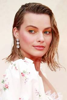 "Was für ein toller Look! Die australische Schauspielerin Margot Robbie zeigt sich auf der ""Goodbye Christopher Robin""-Premiere  in London mit tollem Make-up und einer Frisur im angesagten Wet-Look"