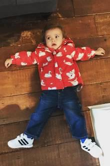"""20. September 2017  Tochter Lula hat keine Lust und legt sich in trotziger Stimmung flach auf den Boden. Mutter Liv Tyler findet es einfach nur niedlich und postet scherzend dazu: """"Was Lula vom Mittwoch hält."""""""