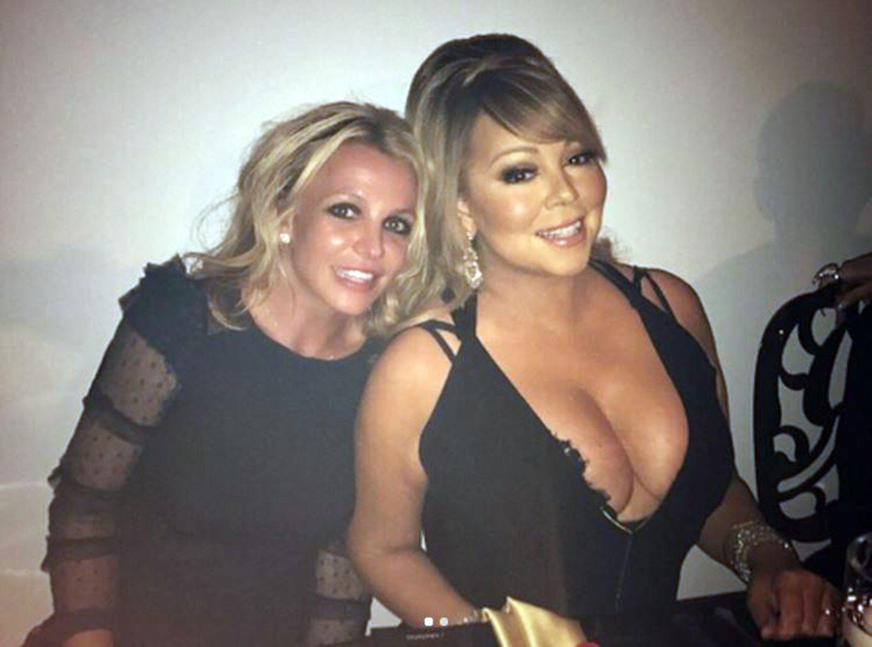 """""""Du weißt nie wem du auf Dinnerpartys über den Weg läufst"""", schreibt Britney Spears zu diesem Schnappschuss mit Pop-Diva Mariah Carey auf Instagram. Wieso Mariah mit einem XL-Ausschnitt zum Abendessen im kleinen Kreis geht, ist eher fraglich. Diva bleibt eben Diva..."""