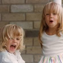 Whitney und Amber Heard  Bei dem besonderen Tag ihrer kleinen Schwester - sie hat ihren 30. Geburtstag gefeiert, kann Amber Heard leider nicht dabei sein. Auf Instagram hat die Exfrau von Johnny Depp zum Trost ein niedliches Kinderfoto der innigen Schwesternliebe gepostet.
