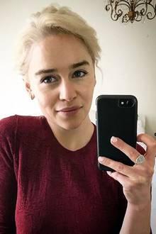 """""""Mutter der Drachen, triff Emilia. Emilia, triff die Mutter der Drachen.Wenn ihr eure Augen zusammenkneift könnt ihr uns nicht auseinanderhalten"""" schreibt die Schauspielerin zu diesem Selfie auf Instagram. Im Oktober starten die Dreharbeiten zur achten Staffel von """"Game of Thrones"""" und man könnte vermuten, dass Clarke keine Lust mehr hat wie bisher eine Perücke hat."""