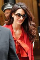 Lady in Red: Amal Clooney zeigt sich im feuerroten Business-Outfit in New York. Die Menschenrechtsanwältin ist auf dem Weg zu einem Treffen des Sicherheitsrats der Vereinten Nationen.