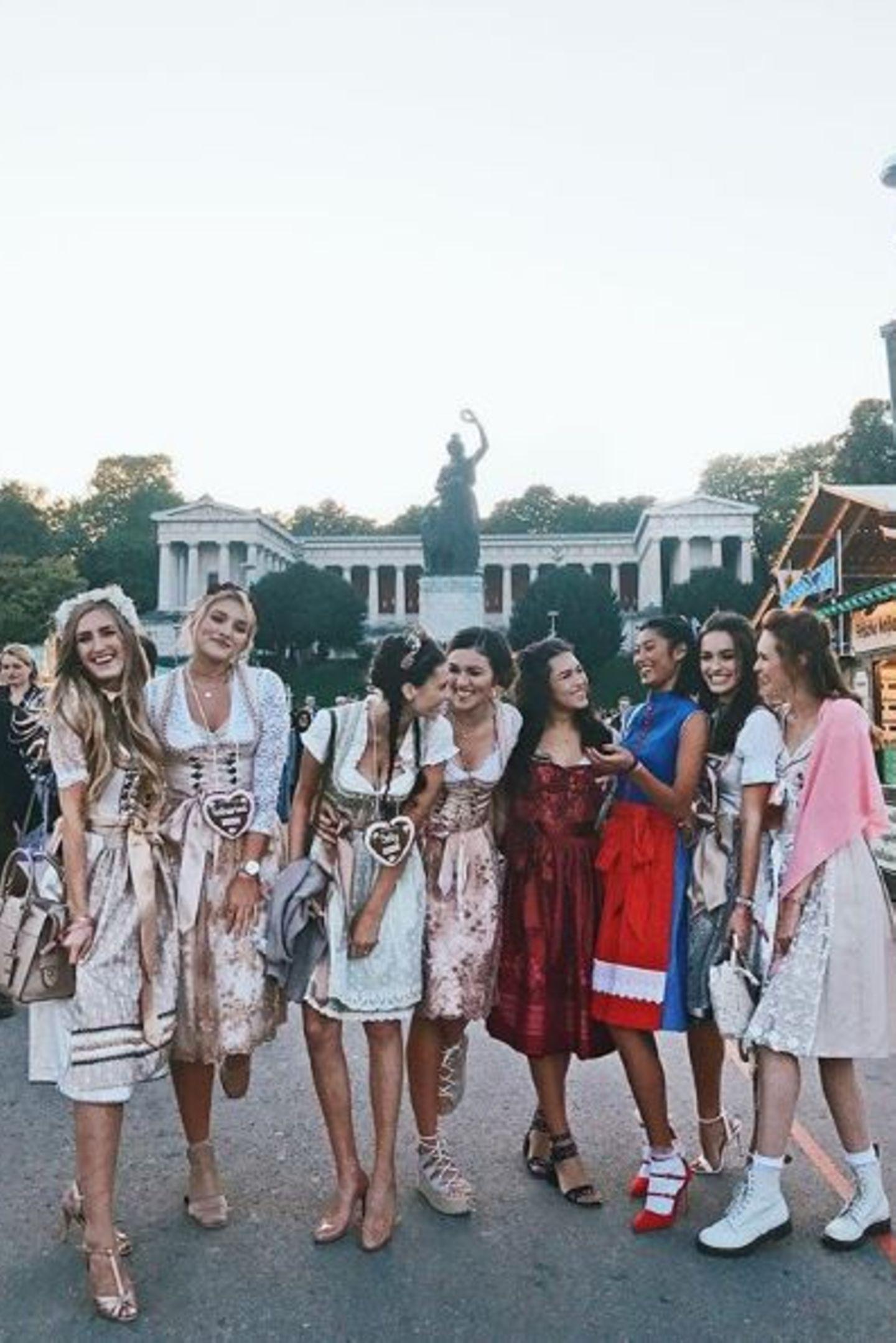 Die Bloggerin und ehemalige GNTM-Kandidatin Anna Maria Damm ist mit ihrer Girls-Clique unterwegs. Dazu gehört auch Anuthida Ploypetch, die ebenfalls zu Heidis Ex-Mädels gehört.