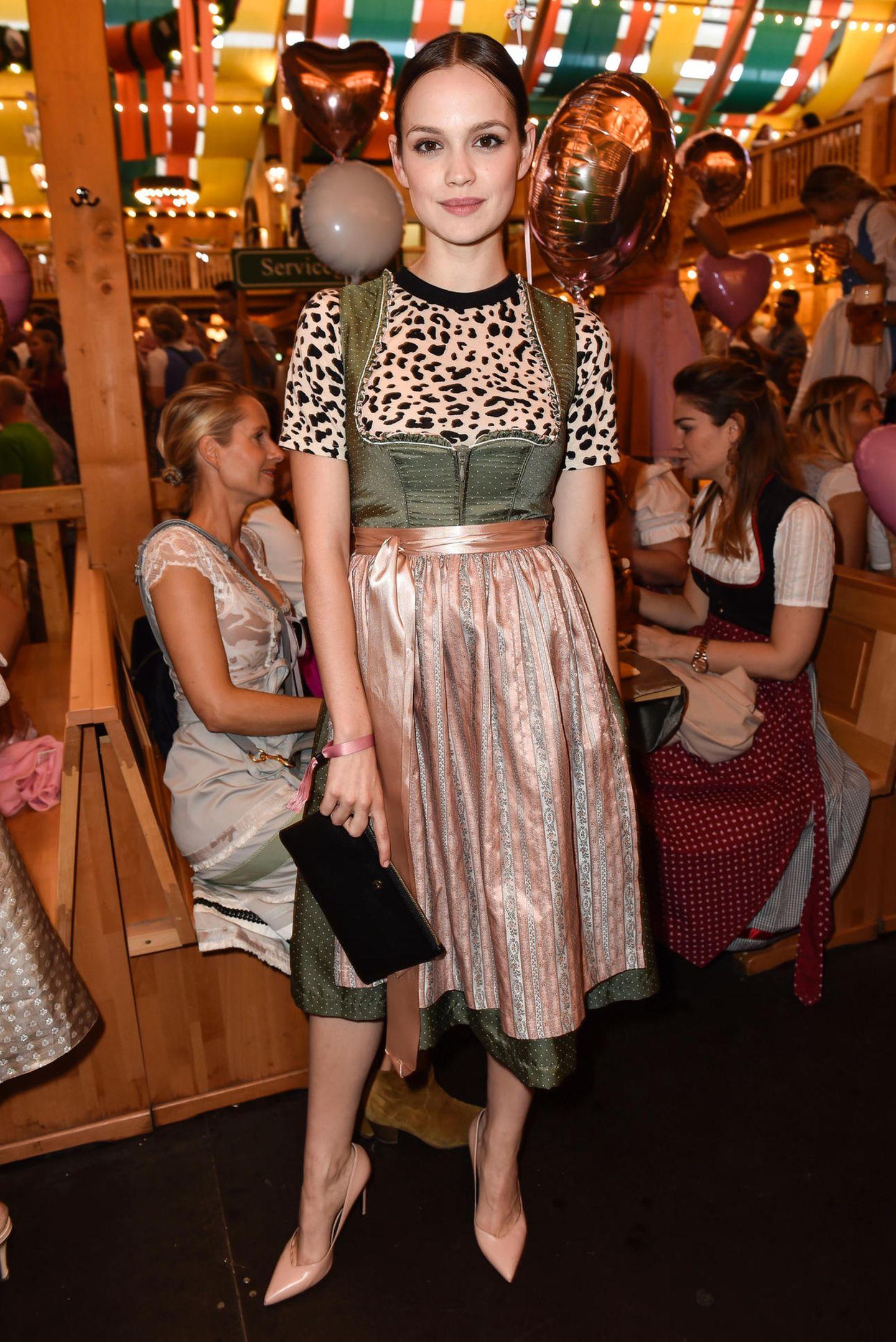 Emilia Schüle beweist bei dem Girly-Event, warum sie aktuell zu den angesagtesten Schauspielerinnen zählt und warum alle ihren Style so lieben: Zu dem traditionellen Dirndl kombiniert sie ein Leo-Shirt und schafft so einen coolen Kontrast.