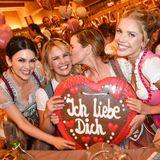 An einem anderen Tisch haben es sich Viktoria Lauterbach, Monica Ivancan und Victoria Swarovski gemütlich gemacht und haben ihren Spaß beim Posieren mit einem XXL-Lebkuchenherz.