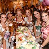 """Oans, zwoa, Girlspower! So in etwa lautet das Motto bei der """"Madlwiesn"""", zu der die Münchner PR-Ladies Janina Hell und Felicitas Karrer die bekanntesten It-Girls und Bloggerinnen Deutschlands eingeladen haben. Bei Bier, Wurst und Butterbroten kommen so unter anderem Pamela Reif, Kim Hnizdo und Schürrle-Freundin Anna Sharypova zusammen."""