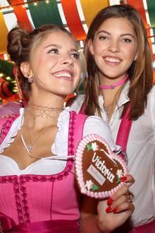 Besonders stylisch sind die Swarovski-Schwestern auf der Wiesn unterwegs. Zum perfekten Look gehören da natürlich auch die Ketten. Während Victoria eine enge, mehrreihige Kette mit feinen Steinchen trägt, setzt Paulina auf einen Choker, der farblich zum Outfit passt.