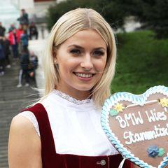 Es muss nicht immer die pompöse Hochsteckfrisur zum Dirndl sein. Das beweist auch Lena Gercke, die ihr Haar einfach offen trägt und elegant hinter die Ohren steckt.