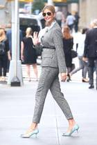 Außerhalb präsentiert Ivanka ihren Anzug noch einmal im Tageslicht. Die Hingucker ihres Looks sind allerdings an ihren Füßen zu finden. Auf pastellblauen Kitten-Heels mit Ausbrennermuster und Frontbrosche stöckelt die Blondine durch New York.