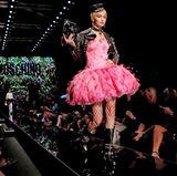 Flamingo meets Rocker: Gigi Hadid für Moschino Frühjahr/Sommer 2018