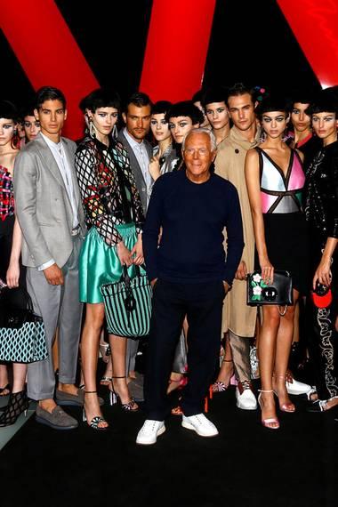 Das große Abschlussfoto mit all seinen Models ist für Star-Designer Giorgio Armani eine schöne Tradition geworden.