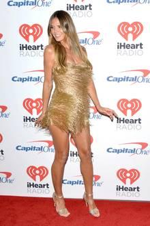 """Na die hat aber Spaß! Topmodel Heidi Klum präsentiert sich auf dem """"iHeartRadio Music Festival"""" in einem goldfarbenen Mini-Kleid mit Fransen und fegt mit guter Laune und sexy Beinen über den Red Carpet"""