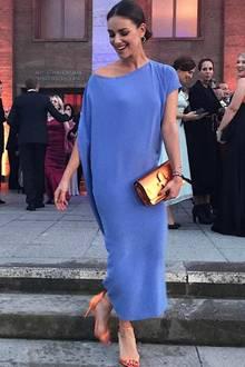 Zum 100. Geburtstag der UFA wirft sich Janina Uhse ganz schön in Schale und strahlt in einem blauen Kleid von Michael Sontag