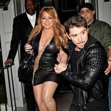 """""""Bloß schnell weg mit diesem Look..."""" das zumindest würden wir anstelle von Mariah Careys Freund Bryan Tanaka denken, welcher der Pop-Diva beim schwierigen Navigieren im knallengen Liz-Hurley-Gedächtnisdress angesichts der Paparazzi assistiert."""