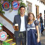 Augen zu und durch? Ganz im Gegenteil! Dem Grinsen auf Mats Hummels Gesicht nach zu urteilen genießt er das Oktoberfest-Treffen des FC Bayern mit seiner Cathy sichtlich.