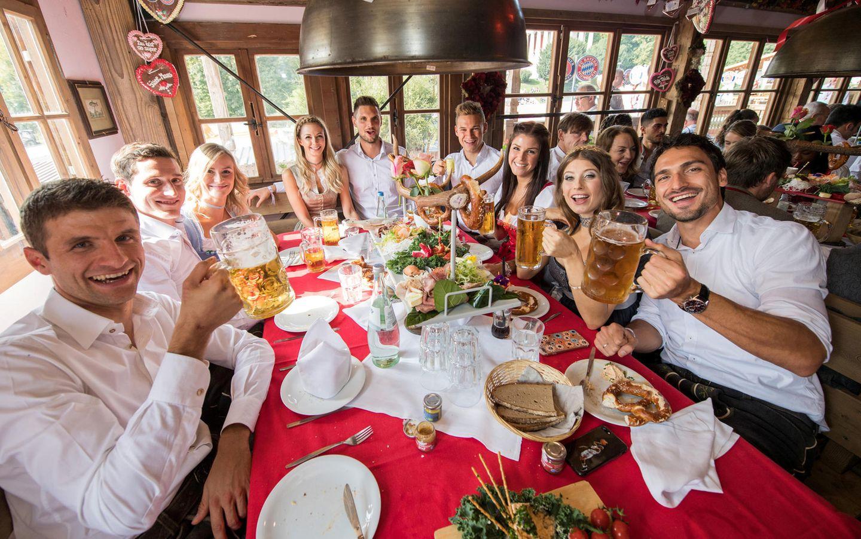 Prost!Thomas Müller, Sebastian Rudy, seine Frau Elena, Lisa und Sven Ulreich, Joshua Kimmich, seine Freundin Lina Meyer sowie Cathy und Mats Hummels genießen das Beieinander sein.