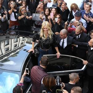 """""""La Schiffer"""" hat's immer noch drauf! Bei ihrem Besuch des Versace-Stores in Mailand begeistert sie ihre Fans mit sexy-lässigem Style."""