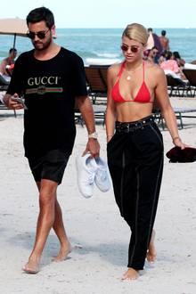 Scott Disick und Sofia Richie zeigen zwar erst seit kurzem ihre Zuneigung füreinander in der Öffentlichkeit, am Strand von Miami konnte man jetzt aber schon sehen, dass die beiden sich farblich aufeinander abstimmen, hier sportlich in Schwarz und Rot.